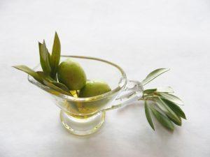 オリーブの実と葉とオイル
