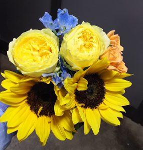ヒマワリとバラの花束作成