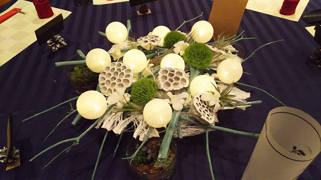 三叉の枝組とボールライトのテーブル装花