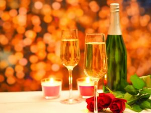 スパークリングワインと赤バラ